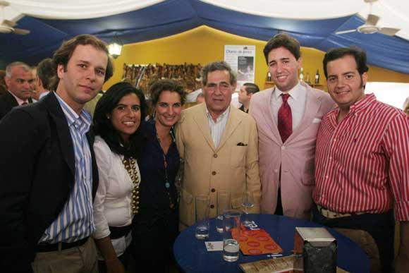 El concejal del PP, José Galvín, junto al presidente de Nuevas Generaciones del PP, Ricardo Sánchez, en compañía de amigos.  Foto: Vanessa Lobo