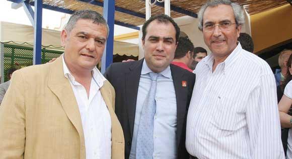 Pedro Custodio, secretario provincial de UGT, y Pedro Alemán, secretario comarcal de UGT, junto al director del Diario, David Fernández.  Foto: Vanessa Lobo