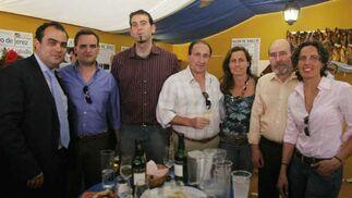 Reponsables de la empresa Distribuciones Noriega, junto al director de Diario de Jerez, David Fernández, y algunos repartidores del Diario.  Foto: Vanessa Lobo