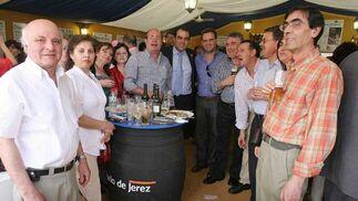 Representantes de la Asociación de Vendedores de Prensa y Distribuciones Nogueira, junto al ex director del Diario Manuel de la Peña y el actual, David Fernández.  Foto: Vanessa Lobo
