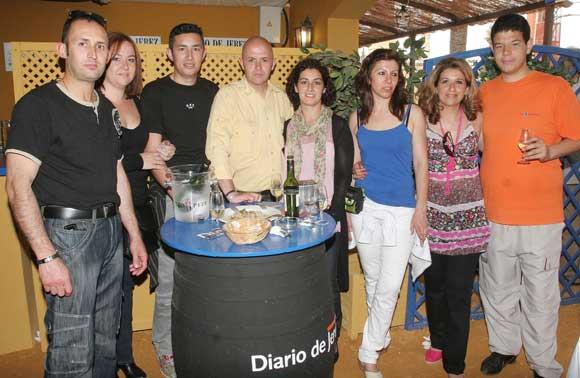 Responsables y empleados del afamado restaurante Chiqui SL, ayer en la caseta de Diario de Jerez.  Foto: Vanessa Lobo