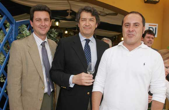César Saladaña, director general del Consejo del vino, junto a nuestro redactor Ángel Espejo y el gerente Miguel Berraquero.    Foto: Vanessa Lobo