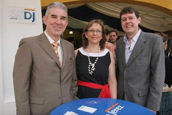 Amparo Sánchez y Juan Domenech, de la firma Muebles Domenech, posan con Juan Luis Pérez, miembro del departamento comercial de Diario de Jerez.   Foto: Vanessa Lobo