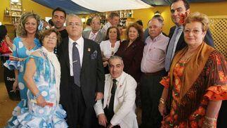 La junta directiva de Solidaridad posa en compañía de familiares junto al director del Diario, y la trabajadora social Noelia García y su esposo.  Foto: Vanessa Lobo