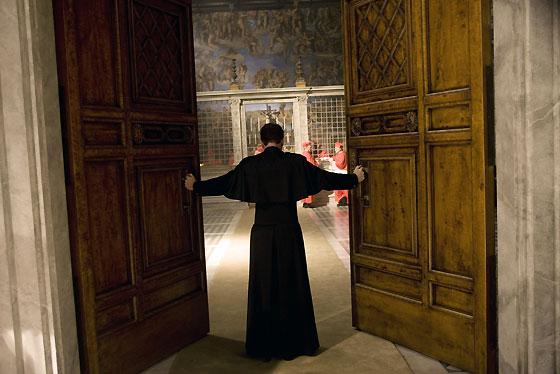 El camarlengo cierra las puertas de la Capilla Sixtina, donde se celebra el cónclave.  Foto: Sony Pictures