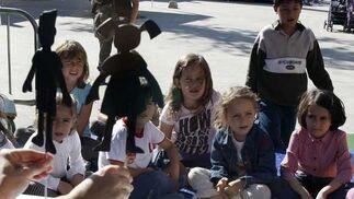 Componentes del proyecto Escenoteca interpretan para los más pequeños poemas de Machado y Lorca en una actividad de la Feria del Libro patrocinada por 'Diario de Cádiz'  Foto: Jose Braza