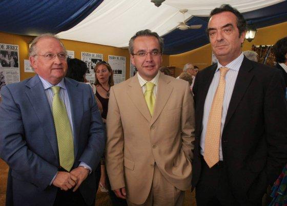 Javier Moyano posa junto al delegado provincial de Economía, Daniel Vázquez, y el presidente de la Mancomunidad de Municipios, Alfonso Moscoso  Foto: Vanesa Lobo