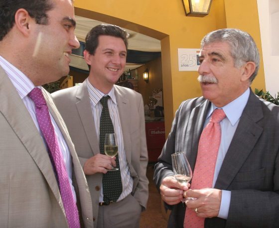 El delegado provincial de Educación, Manuel Brenes, charla con el gerente del Diario, Miguel Berraquero, y David Fernández.  Foto: Vanesa Lobo