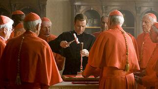 El camarlengo (Ewan McGregor) se dispone a destruir el sello del Papa ya fallecido, uno de los ritos de la sucesión papal.  Foto: Sony Pictures