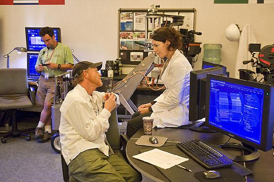 Ron Howard charla con la actriz Ayelet Zurer durante el rodaje.  Foto: Sony Pictures