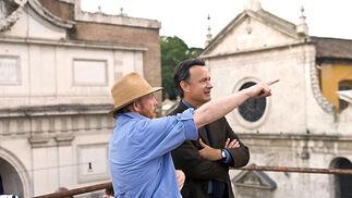 El director Ron Howard da instrucciones a Tom Hanks durante el rodaje.  Foto: Sony Pictures