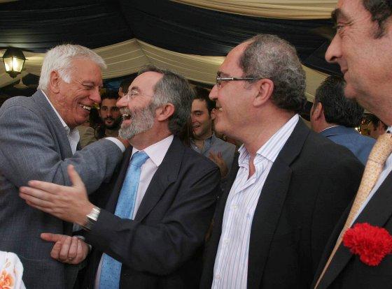 Javier Moyano coincide con Juan Cornejo y el portavoz y concejal del PSA, Juan Román, que saluda al edil socialista Francisco Lebrero.  Foto: Vanesa Lobo