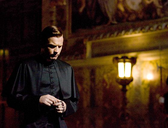 Ewan McGregor es el camarlengo, secretario del Papa y, tras el fallecimiento del Pontífice al que sirve, guía de la Iglesia en su transición hacia el siguiente Papa.  Foto: Sony Pictures