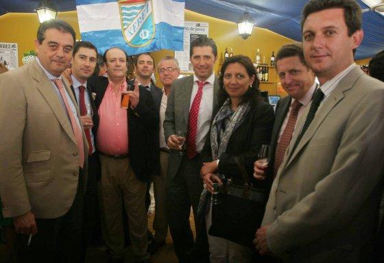 Manuel Sánchez Alarcón, director territorial de Banco Banif, posa con sus compañeros junto a Miguel Berraquero.  Foto: Vanesa Lobo