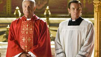 El cardenal Strauss (Armin Mueller-Stahl) y el camarlengo (Ewan McGregor).  Foto: Sony Pictures