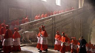 Los cardenales se dirigen al cónclave, en el que elegirán al próximo Papa.  Foto: Sony Pictures