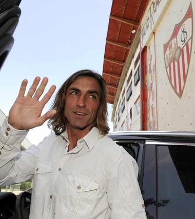 Con el escudo y estadio del equipo al fondo, Javi Navarro se despide del Sevilla FC.  Foto: Manuel Gómez