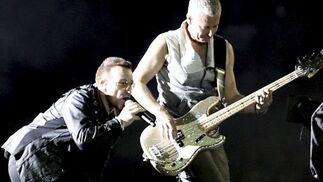 Bono junto Adam Clayton, bajista del conjunto.  Foto: EFE