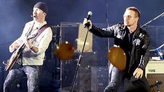 Bono y el guitarrista The Edge, durante su actuación.  Foto: EFE