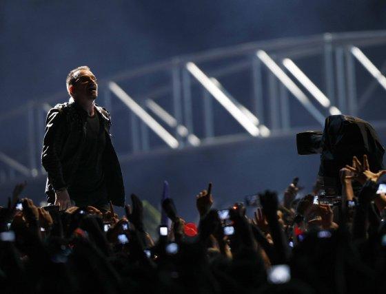 Bono se acerca a sus fans.  Foto: Reuters