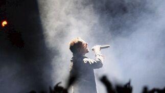 Bono canta bajo la luz de un foco. La iluminación del escenario también estuvo muy cuidada.  Foto: EFE