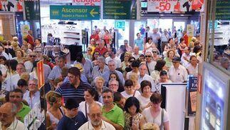 Cientos de personas se agolpaban a primera hora de la mañana en un gran establecimiento en el centro de la ciudad.  Foto: Juan Carlos Vázquez