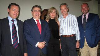 Daniel Moreno (Garrigues), secretario del jurado; Juan Ignacio Zoido, portavoz del grupo municipal del PP; la diseñadora Pilar Luengo, José Pozo (Grupo Azvi) y Curro Pérez, concejal del PP.  Foto: Victoria Ramírez