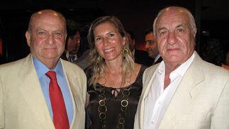 Eloy y Claudia Hernández, con Juan Ramón Guillén, presidente del Grupo Acesur.  Foto: Victoria Ramírez