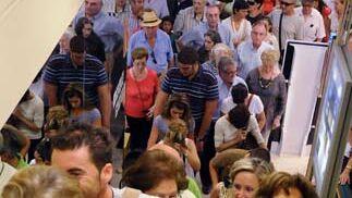 Largas colas para subir las escaleras para buscar rápidamente los artículos ya ojeados.  Foto: Juan Carlos Vázquez