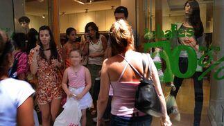 Varias jóvenes a las puertas de un establecimiento.  Foto: Juan Carlos Vázquez