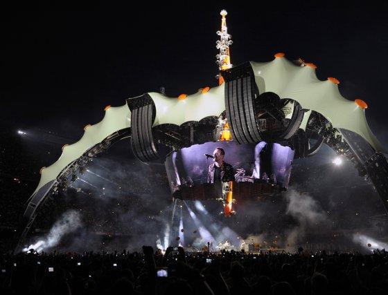 Vista general del escenario con Bono en la pantalla.  Foto: Reuters