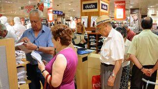 También los mayores aprovechan las rebajas para hacer sus compras.  Foto: Juan Carlos Vaázquez