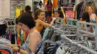 Las tiendas se agolpaban de jóvenes ojeando los artículos rebajados.  Foto: Juan Carlos Vázquez