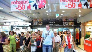 Los carteles con ofertas de salida al 50 por ciento atrían a un mayor número de compradores.  Foto: Juan Carlos Vázquez