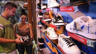 Una pareja observa el precio de unos zapatos de una conocida marca.  Foto: Juan Carlos Vaázquez