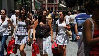 Las calles del centro de la ciudad se llenaban desde primera hora de la mañana con personas portando bolsas de los diferentes establacimientos.  Foto: Juan Carlos Vázquez