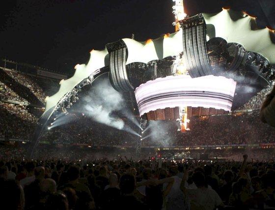 El escenario iluminado de noche.  Foto: EFE