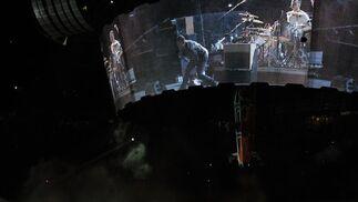 En lo alto del escenario, se mostraban las imágenes del concierto en una pantalla cilíndrica.  Foto: Reuters