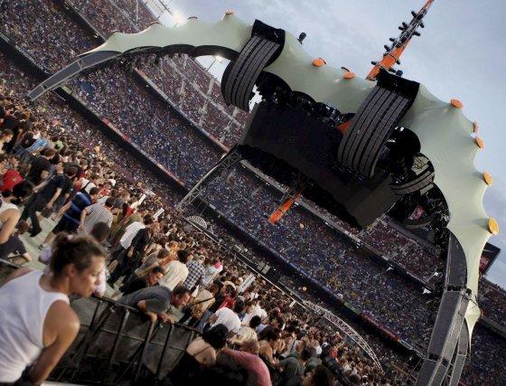 El espectacular escenario montado en un Camp Nou lleno de gente.  Foto: EFE