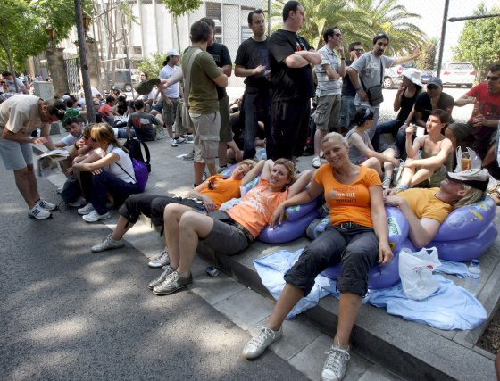 Los fans esperan largas colas para poder ver a sus ídolos.  Foto: EFE