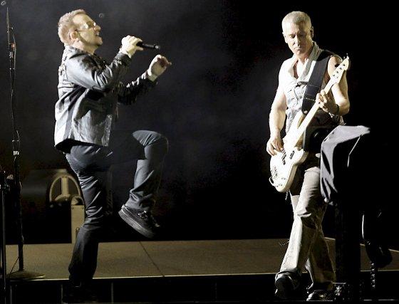 Como es habitual en sus conciertos, el cantante del grupo no paró de bailar.  Foto: efe