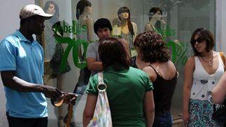 Algunas mujeres observan un escaparate.  Foto: Juan Carlos Vázquez