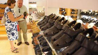 Un hombre y una mujer observan el precio de unos zapatos.  Foto: Juan Carlos Váquez