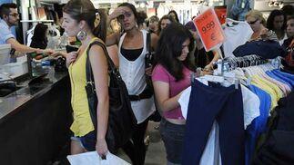 Una chica ojea algunas prendas rebajadas.  Foto: Juan Carlos Vázquez