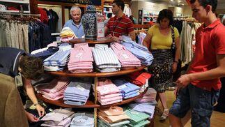 Las rebajas en las principales marcas de ropa son algunas de las más atractivas.  Foto: Juan Carlos Vázquez