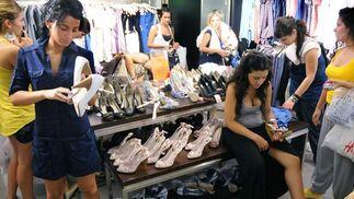 Las largas colas en los probadores obligaban a probarse las prendas en la misma tienda.  Foto: Juan Carlos Vázquez