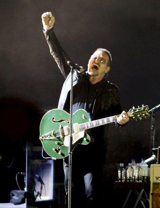 El vocalista de U2 alza el brazo durante la interpretación de una de sus canciones.  Foto: Reuters