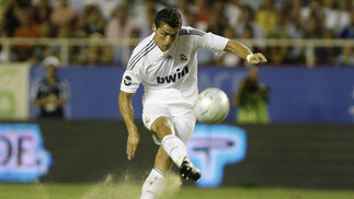 Las imágenes del partido de la semifinal de la Peace Cup jugada en el Sánchez Pizjuán entre el Real Madrid y la Juventus de Turín. / Antonio Pizarro