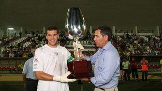 El canterano Dani Miguélez ejerció como capitán en el segundo periodo y fue el encargado de recoger el trofeo Catavinos.   Foto: J.D.Corzo