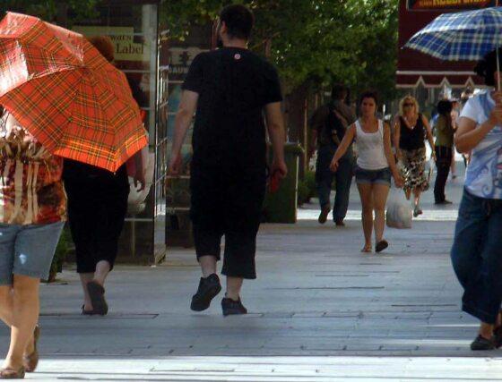 Recurrir a la sombrilla es buena idea para refugiarse de la acción directa del sol y preservar la piel de sus efectos.